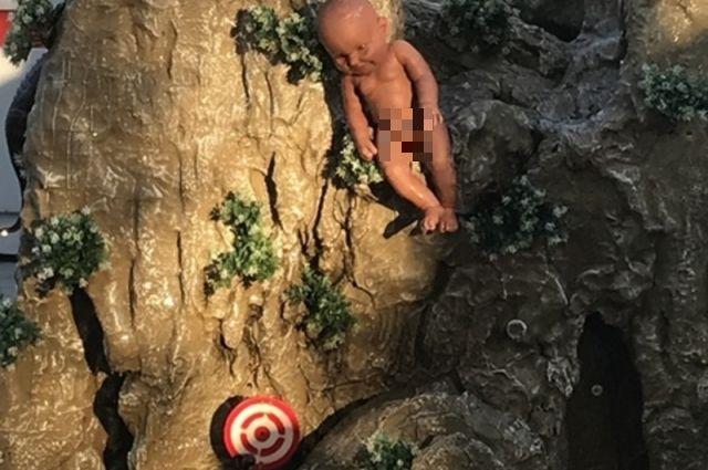 В Тюмени сняли фигуру младенца с аттракциона
