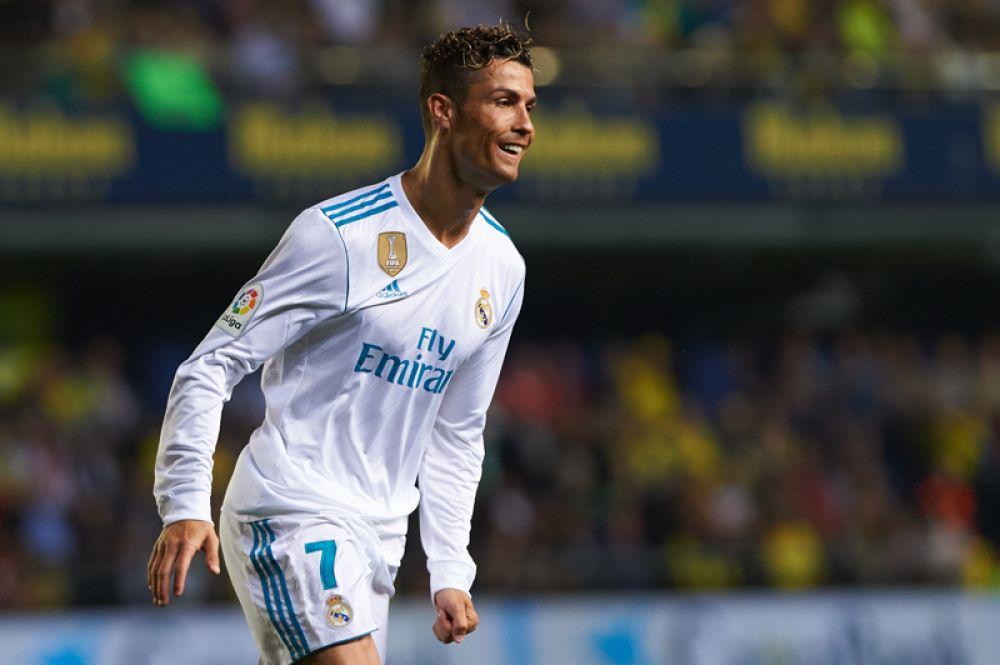 Нападающий «Реала» и сборной Португалии Криштиану Роналду опустился на вторую строчку с общим доходом 108 млн долларов.