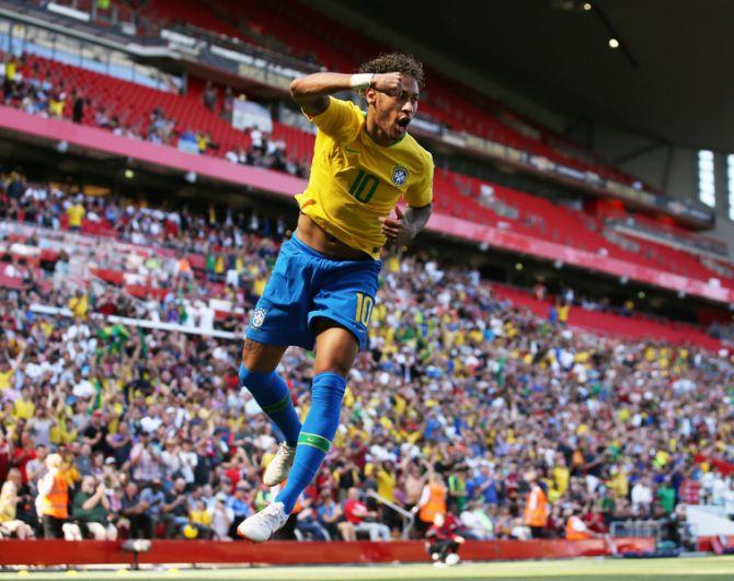 Прошлым летом «ПСЖ» купил Неймара у «Барселоны» за 222 млн евро, сделав бразильца самым дорогим футболистом мира. В рейтинге Forbes капитан сборной Бразилии занимает третье место с доходом 90 млн долларов.