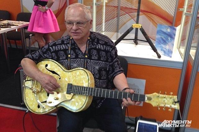Гитара из жёлтого янтаря «CARA» имеет сертификат. Там сказано, что этот уникальный инструмент сделан из балтийского янтаря и является единственным в мире.