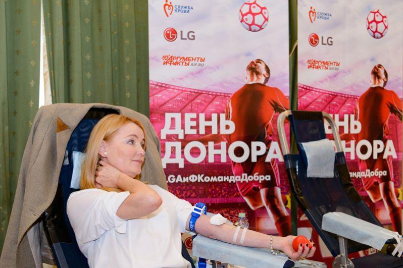 По тому, как телеведущая Лариса Вербицкая заняла кресло донора, стало понятно, что кровь она сдает не в первый раз. А актрисе Глафире Тархановой врачи не позволили сегодня стать донором, актриса совсем недавно стала мамой в четвертый раз.