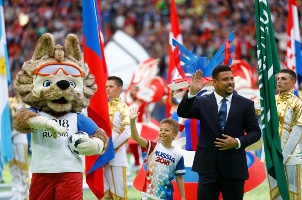 Бразильский футболист Роналдо на церемонии открытия.