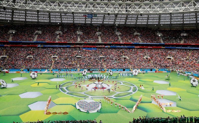 Артисты выступают на церемонии открытия чемпионата мира по футболу.