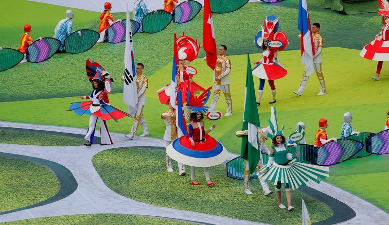 В это время на поле вынесли флаги всех 32 стран, участвующих в ЧМ-2018.