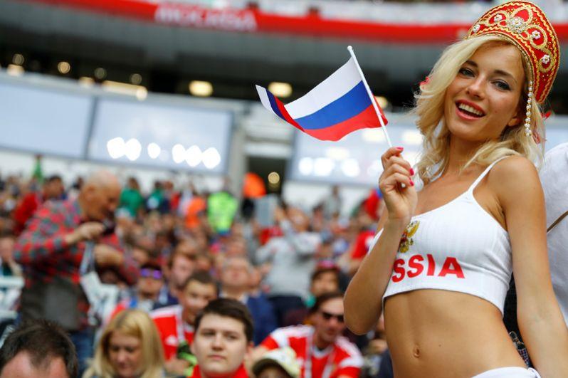 Российские болельщики перед началом церемонии открытия.
