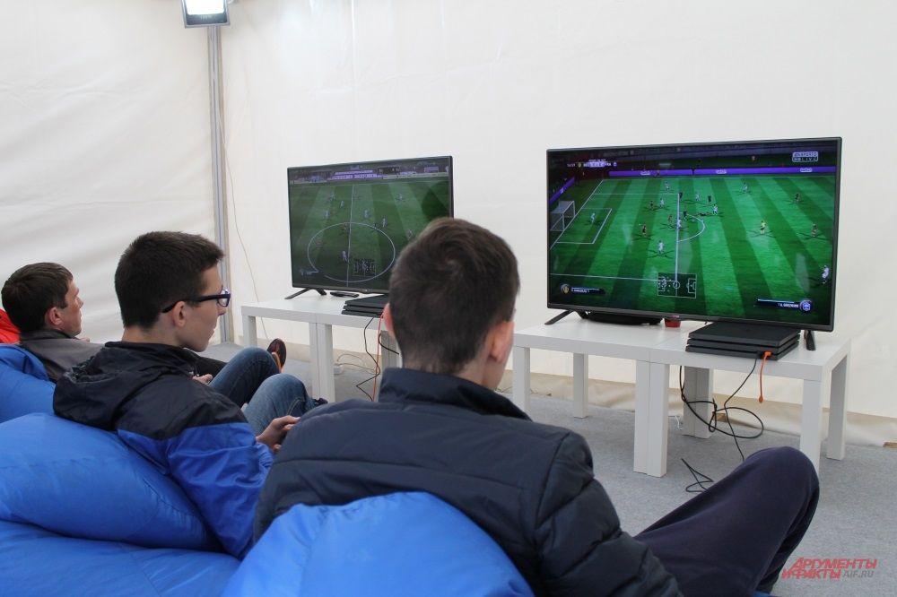 Любители кибер-футбола тоже найдут здесь развлечение
