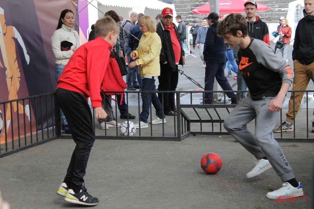 В фан-зоне можно поиграть в футбол один на один