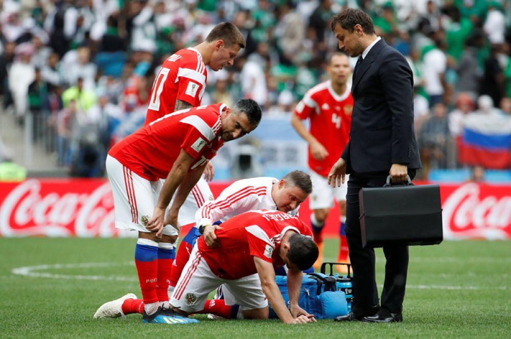 Игрок сборной России Алан Дзагоев во время матча получил травму бедра и покинул поле.
