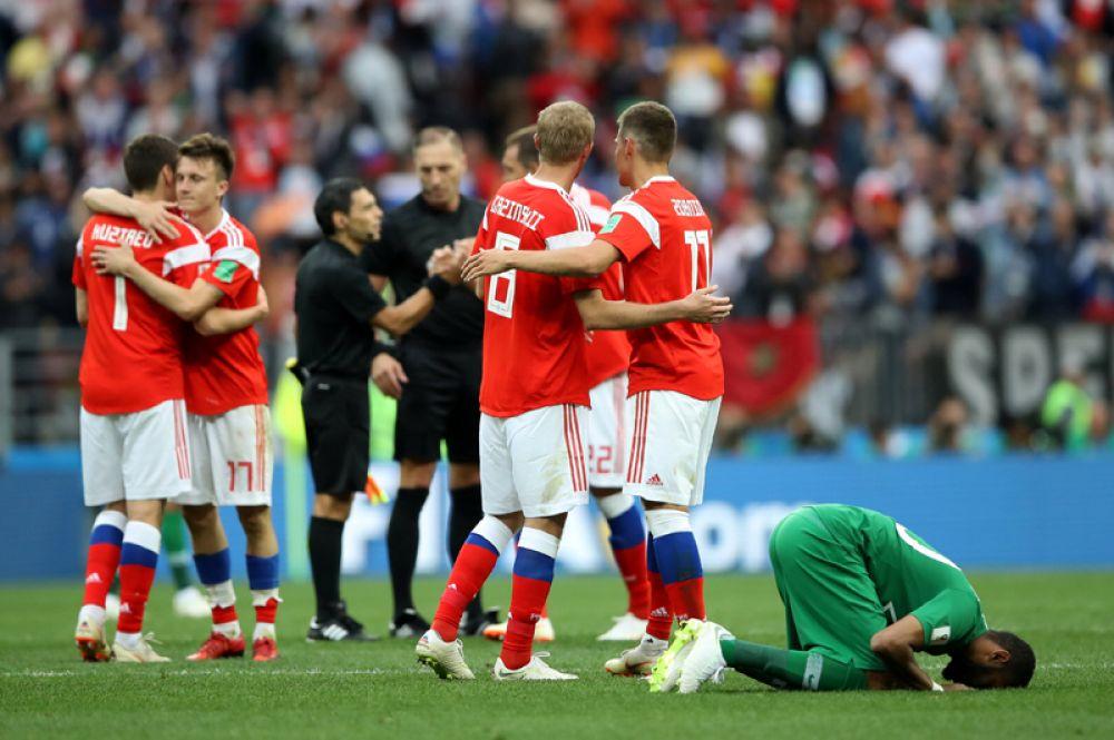 Игроки сборной России и Саудовской Аравии после окончания матча.