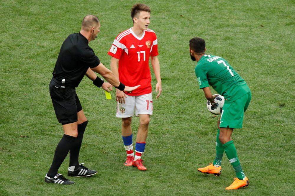 Александр Головин получает желтую карточку от арбитра.