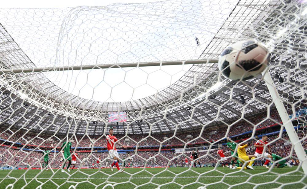 Мяч в воротах Саудовской Аравии.