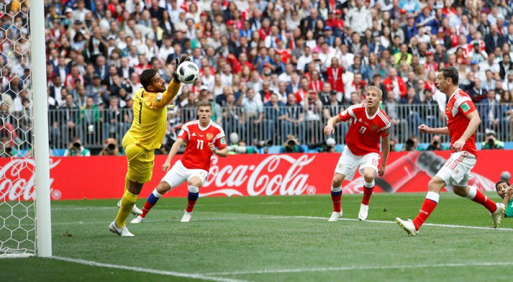 Первый гол чемпионата мира на 12-й минуте матча в ворота команды Саудовской Аравии забил полузащитник Юрий Газинский.
