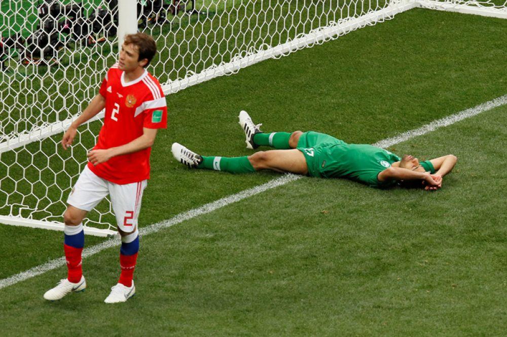 Тайсир Аль-Джассим из Саудовской Аравии не смог забить гол в ворота россиян.