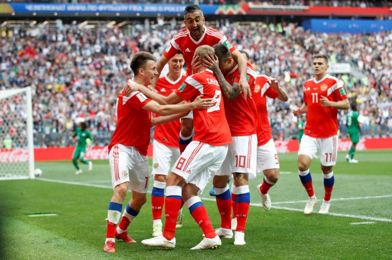 Игроки сборной России радуются забитому голу в матче между сборными России и Саудовской Аравии.