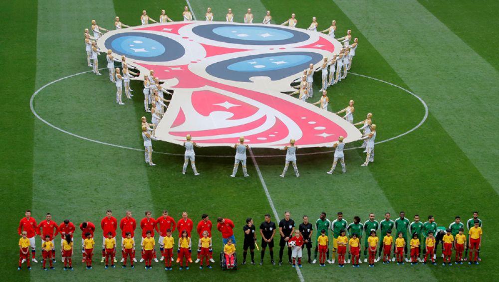 Сборные России и Саудовской Аравии перед началом матча открытия ЧМ-2018.