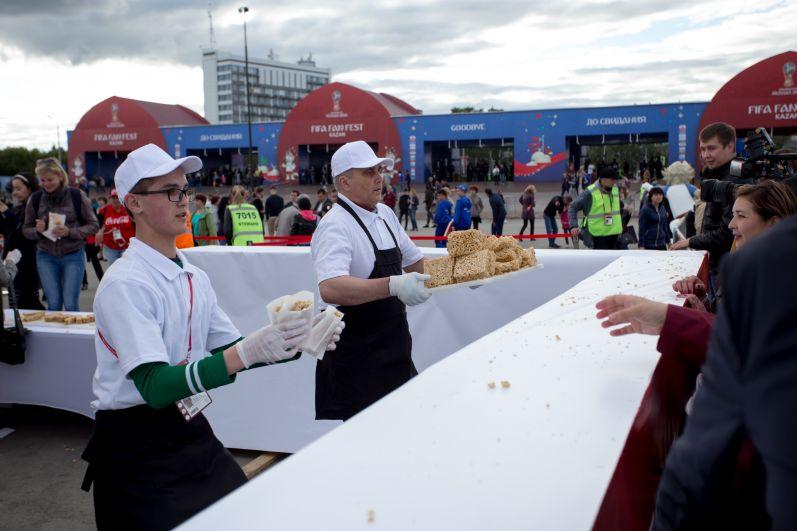 14 июня Казань установила новый рекорд, изготовив 4-тонный чак-чак. Его раздали на фестивале всем желающим.