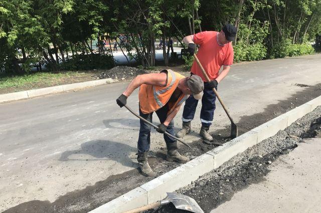 На улице Байкальской подрядчик заново укладывает бордюрный камень.