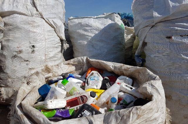 В акции приняли участие переработчики мусора.