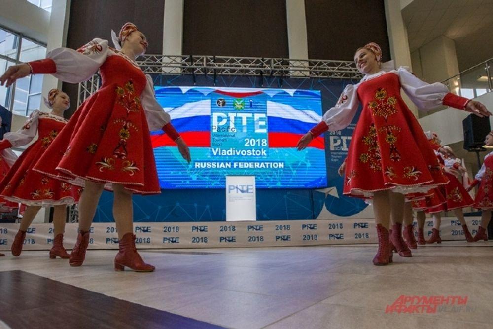 Выставку форума открыли русскими народными танцами.
