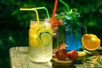 Летом в жару лимонад отлично утоляет жажду.