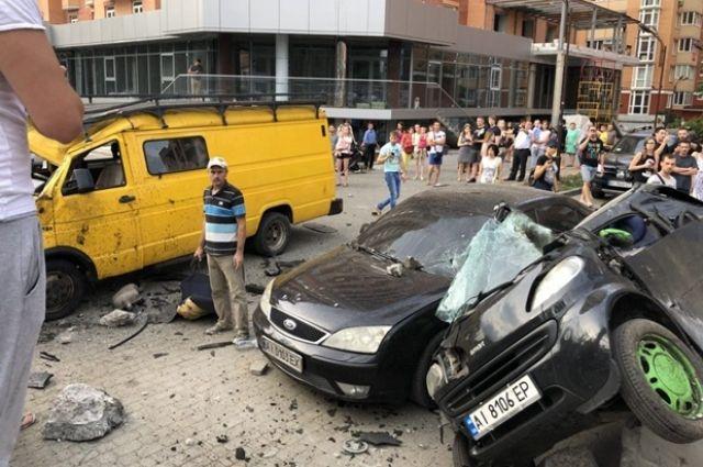Под Киевом автомобиль на еврономерах на высокой скорости снес остановку