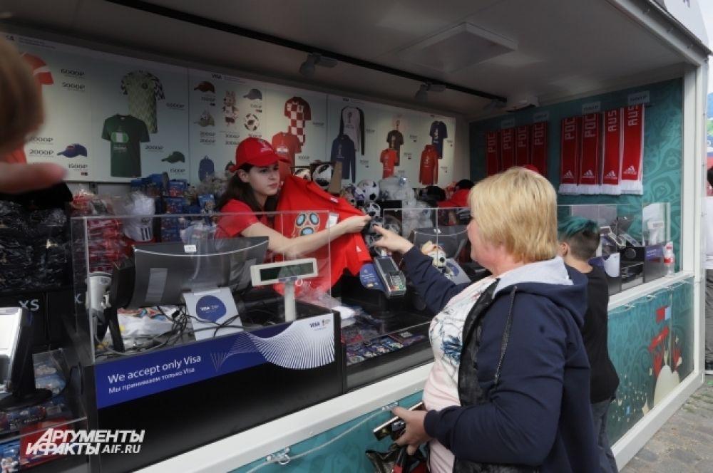 Сувениры перед матчем покупали неохотно, зато в перерыве, когда российская сборная уже забила несколько голов, к магазинам выстроилась огромная очередь.