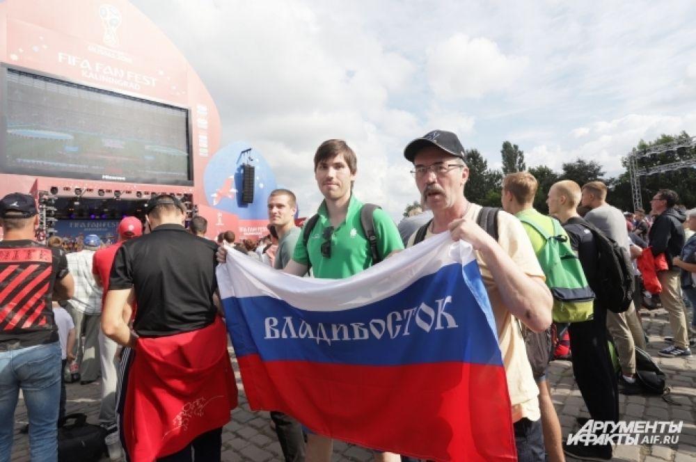 Борис и Владимир Кураковы приехали в Калининград из Владивостока. Они специально купили билеты на все 4 матча, которые пройдут на «Стадионе Калининград».