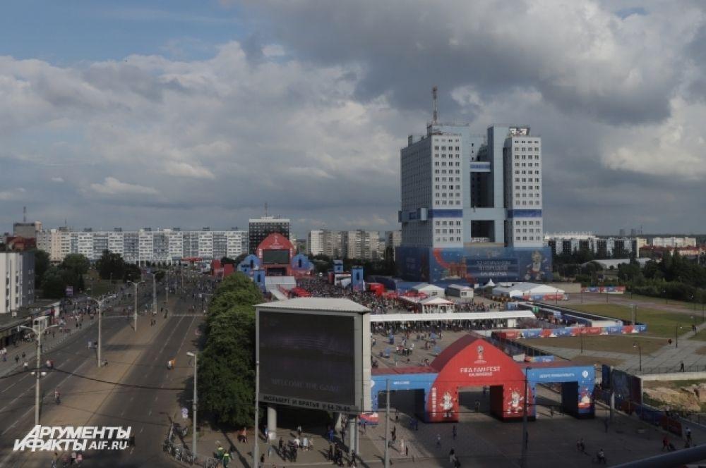 Фан-зона в Калининграде расчитана на 15 тысяч болельщиков. Расположена она у Дома Советов - самого главного недостроя города.