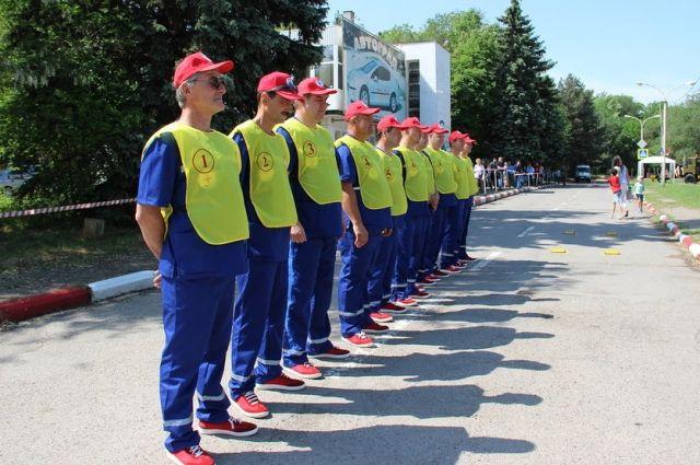 По требованию FIFA водители скорой должны одеты в синюю форму, где по-латински написано «медицинский сервис».