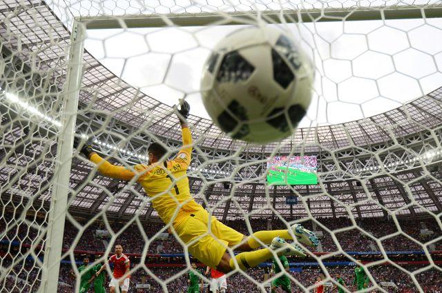 Вратарь Абдаллах Аль-Муаиуф (Саудовская Аравия) пропускает мяч.