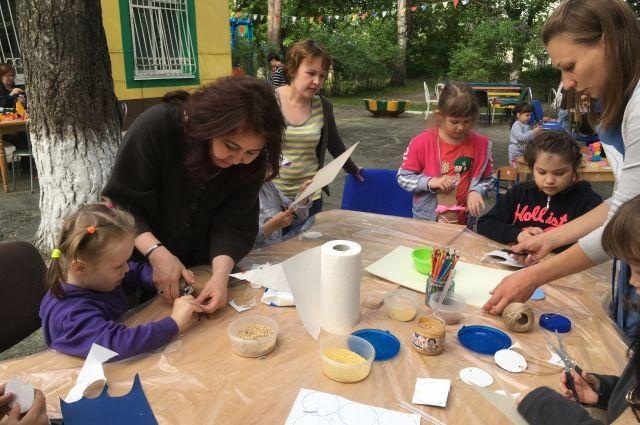 В Тюмени дети мастерили кормушки для птиц и рисовали на воде