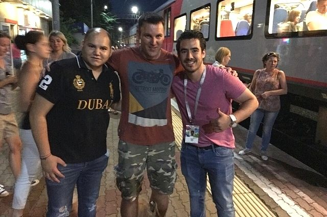 "Журналист ""АиФ-Юг"" с мексиканскими болельщиками Адрианом Морено Арена и Эдуардо Гонсалесом"