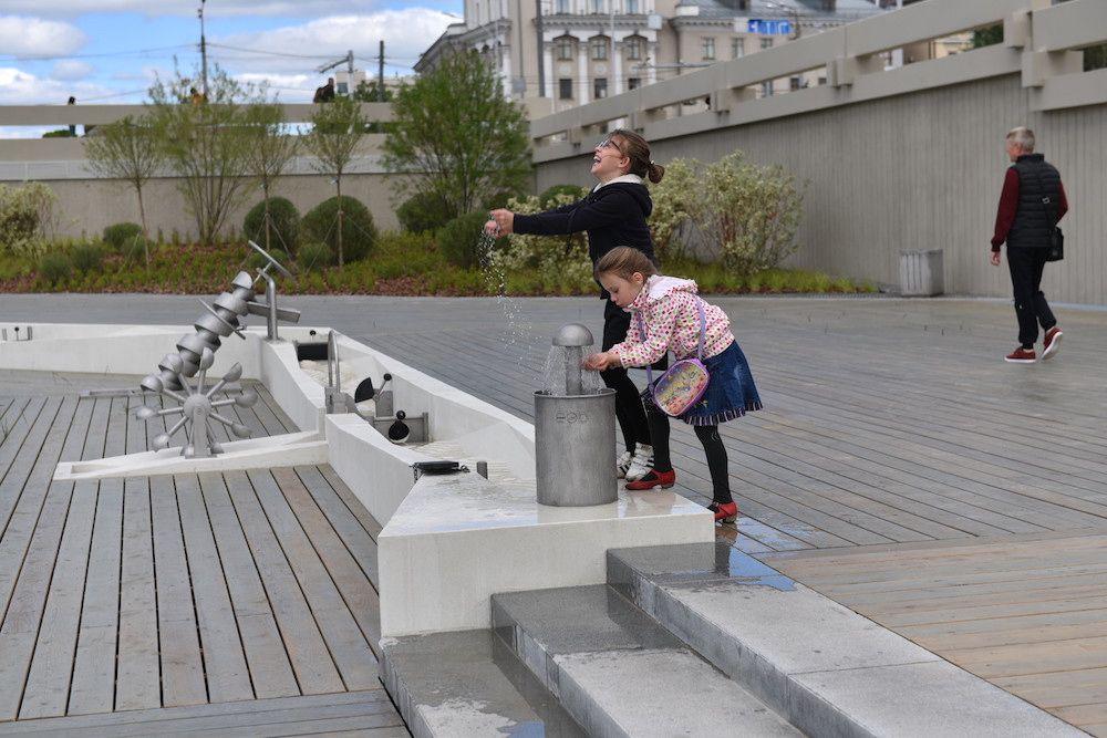Открыта игровая площадка — место, где дети могут управлять водой, менять её течение, устраивать запруды и создавать свои потоки. В игровой манере дети смогут познакомиться с современными видами гидротехнических устройств и узнать, какую важную роль вода играет в жизни человека.