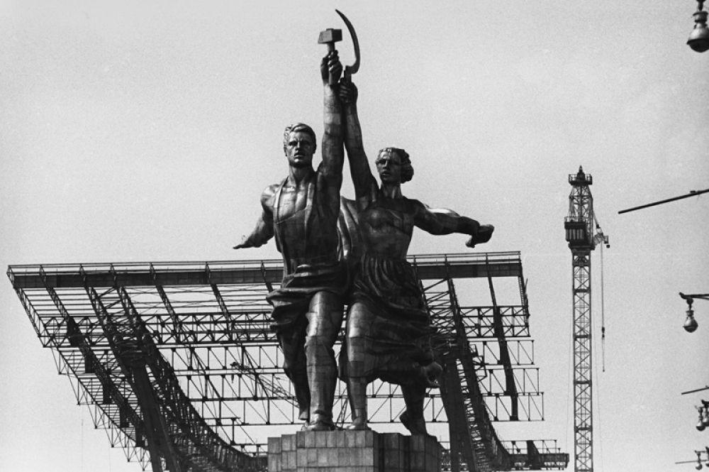 Скульптура Веры Мухиной «Рабочий и колхозница» перед Северным входом на ВДНХ. 1968 год.