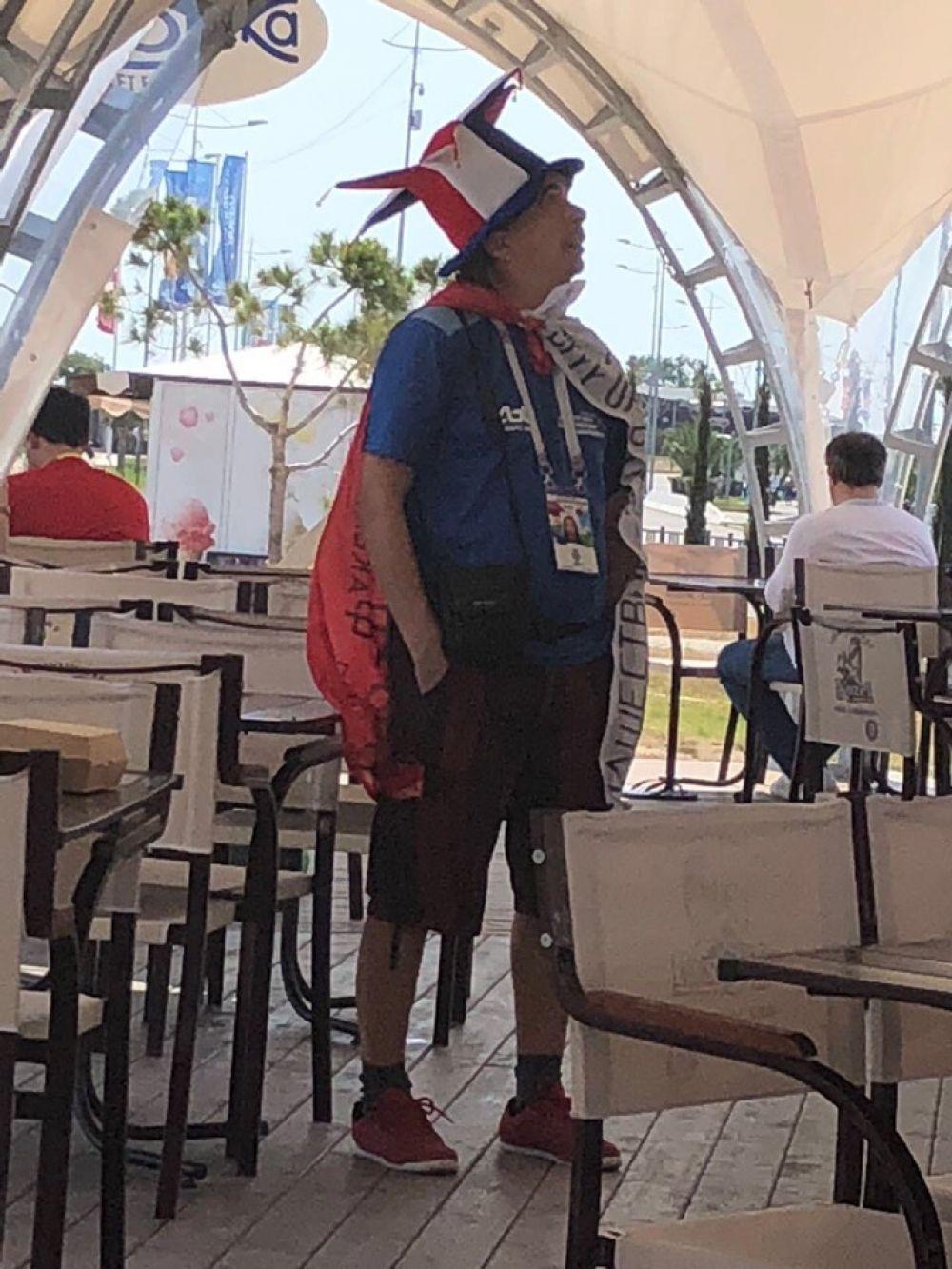 Болельщик решил перекусить в кафе.