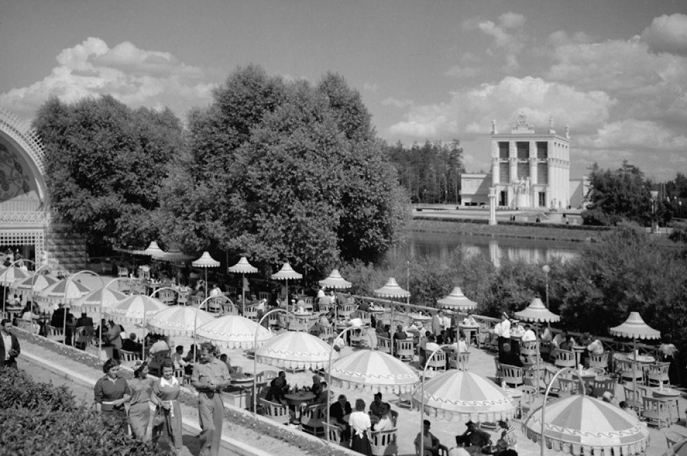 Летнее кафе на территории на ВСХВ в Москве. 1954 год.