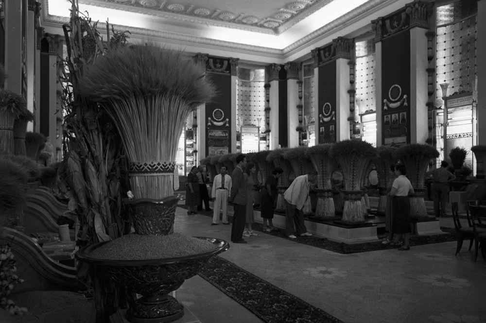 В павильоне «Зерно» ВСХВ. 1939 год.