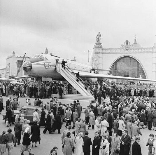 Выставка достижений народного хозяйства СССР. Пассажирский самолёт «ТУ-104А». 1959 год.