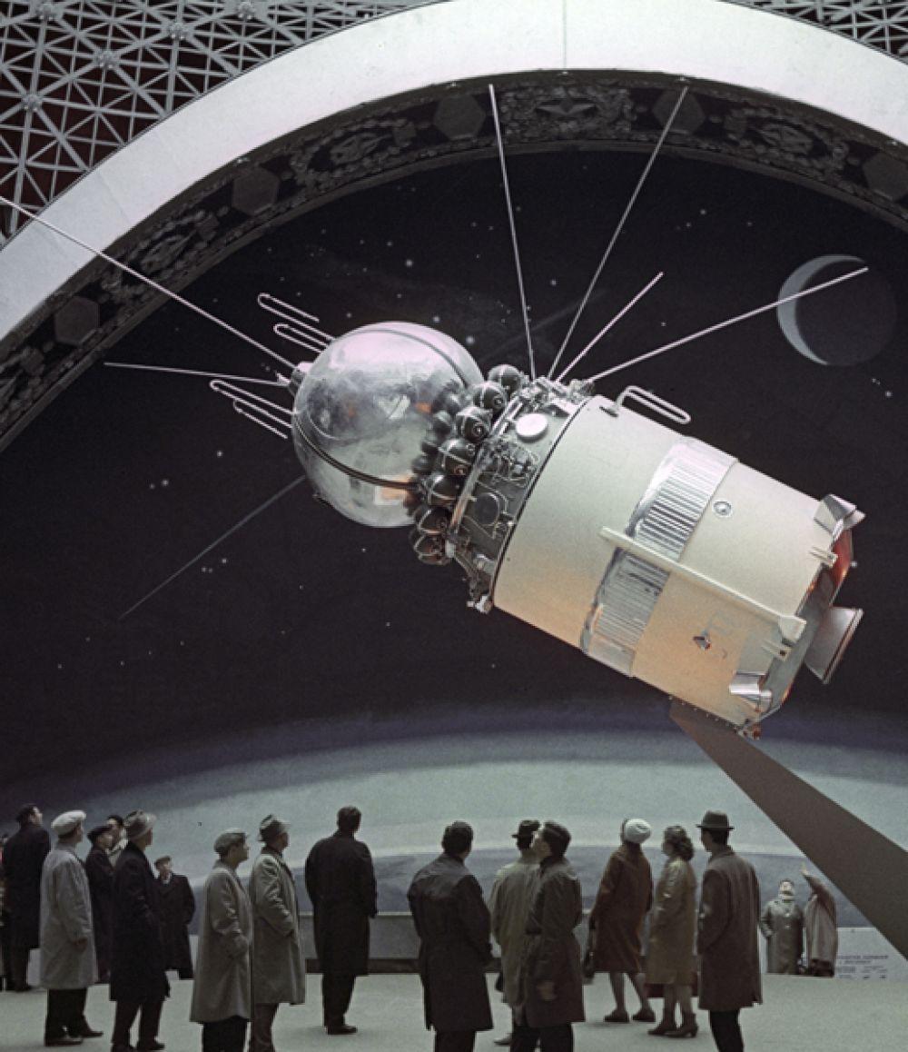 Павильон «Космос» на Выставке достижений народного хозяйства. Макет космического корабля «Восток». 1965 год.