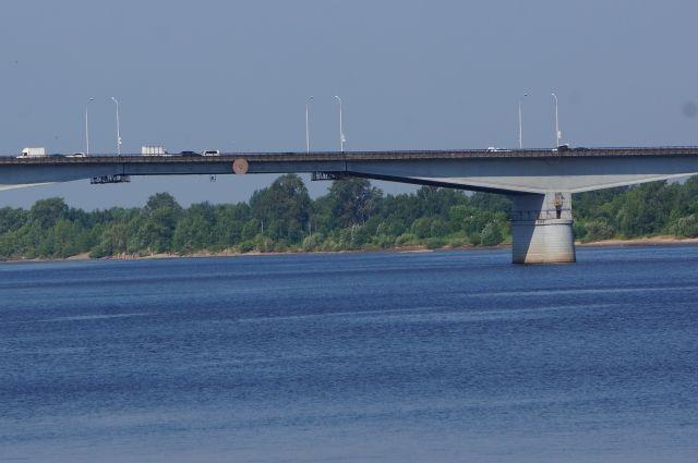 По данным администрации, мост загружен только на 45%.