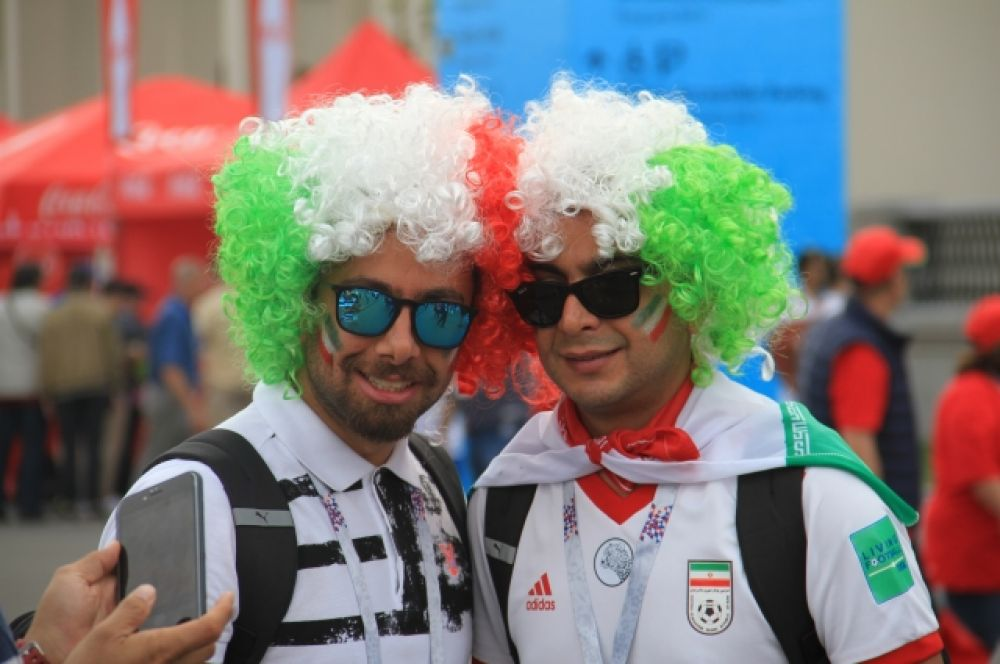 Иранцы предпочитали ходить группами.