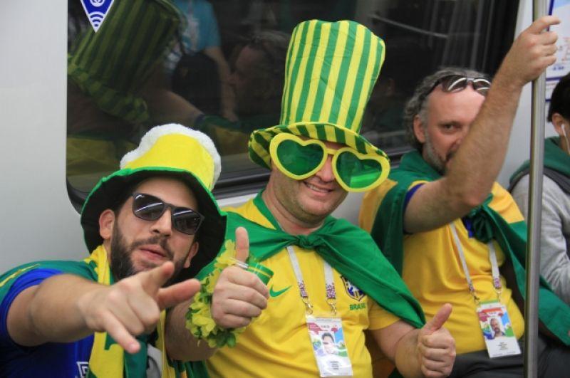Бразильцы просто пели, танцевали и наслаждались жизнью. Игра сборной Бразилии пройдет в Петербурге через неделю.