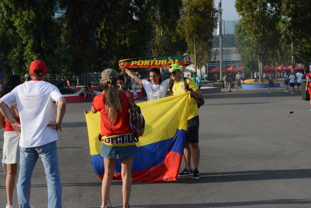 Болельщики с колумбийским флагом.