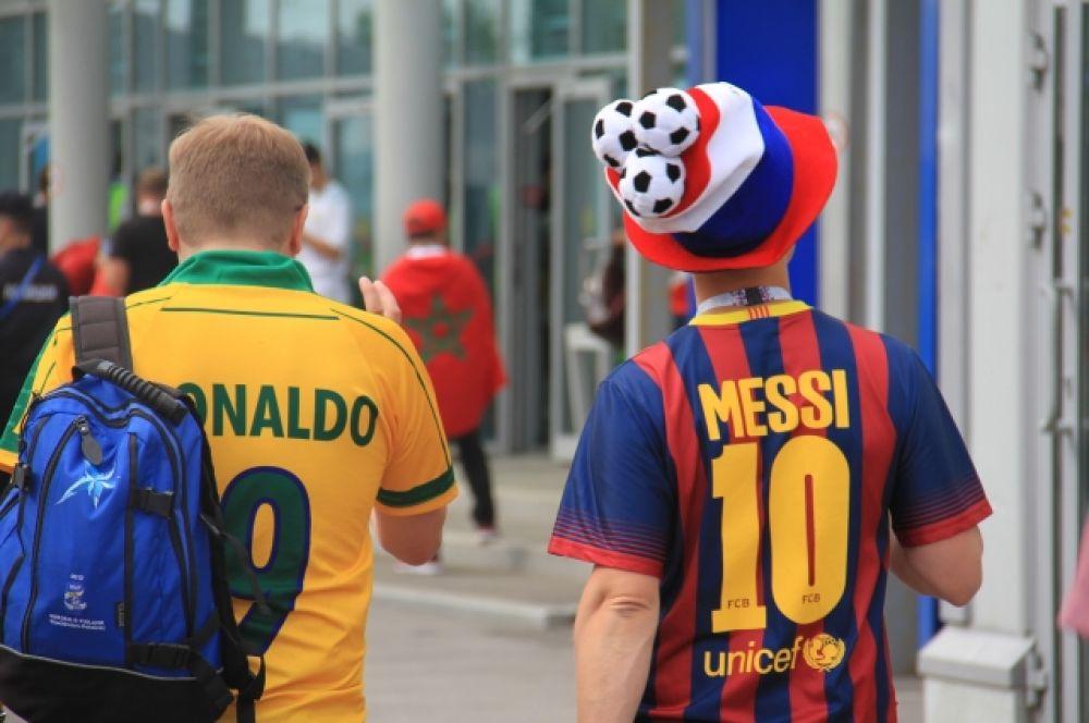 Месси и Роналдо мирно беседуют о футболе.
