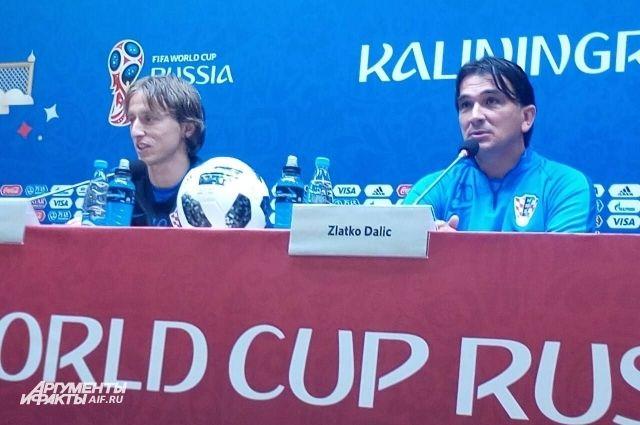 Лука Модрич (слева) и тренер сборной Хорватии Златко Далич.