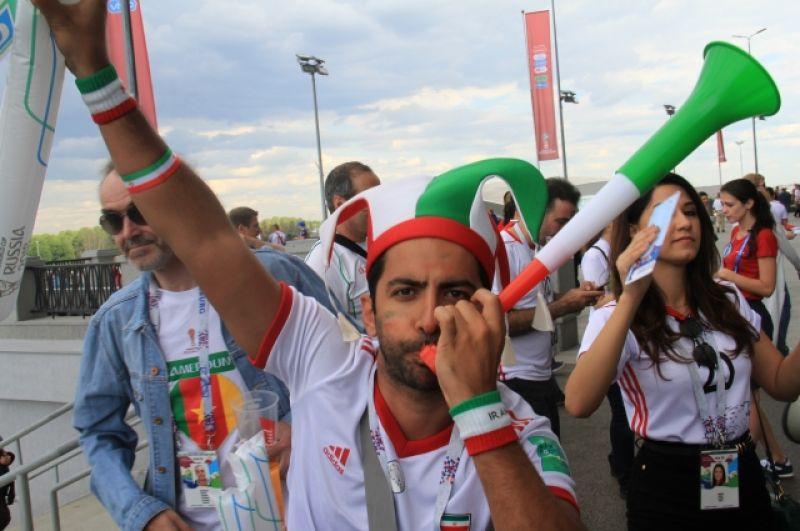 А у поклонников сборной Ирана в моде дудки-вувузелы.