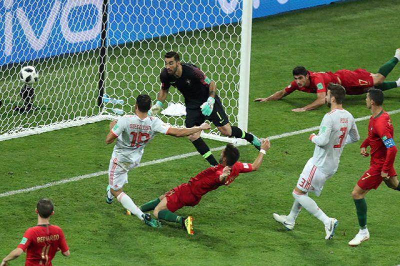 Диего Коста забивает гол в ворота Португалии. Счёт — 2:2.