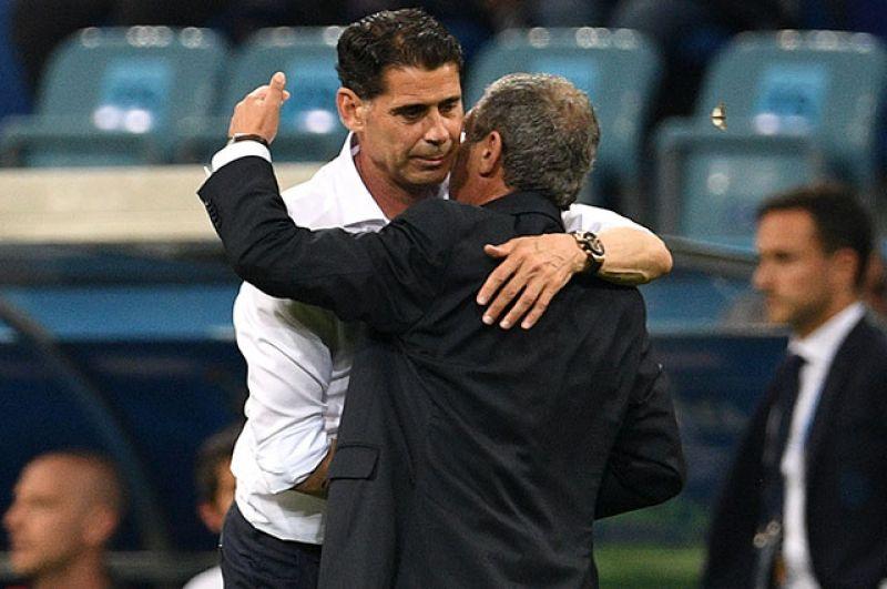 Главный тренер сборной Испании Фернандо Йерро и главный тренер сборной Португалии Фернанду Сантуш после игры.