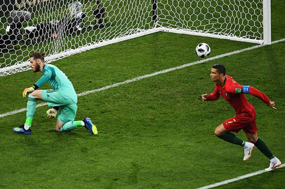 Криштиану Роналду открывает счёт в матче.