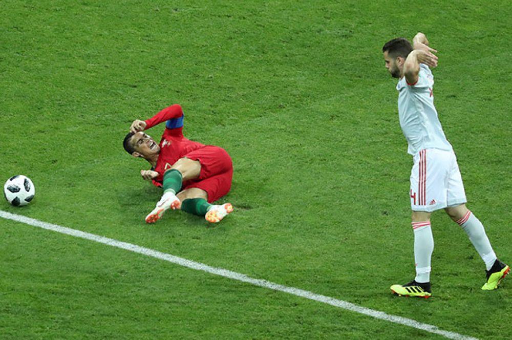 Момент нарушения правил, после которого был назначен пенальти в ворота Испании. Четвёртая минута игры.